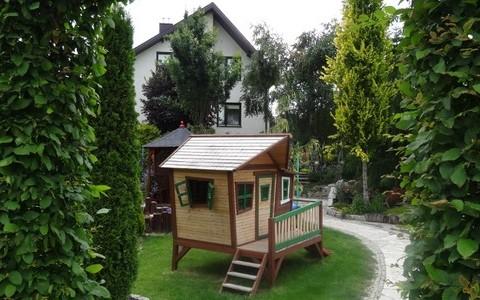 Domek pośród drzew